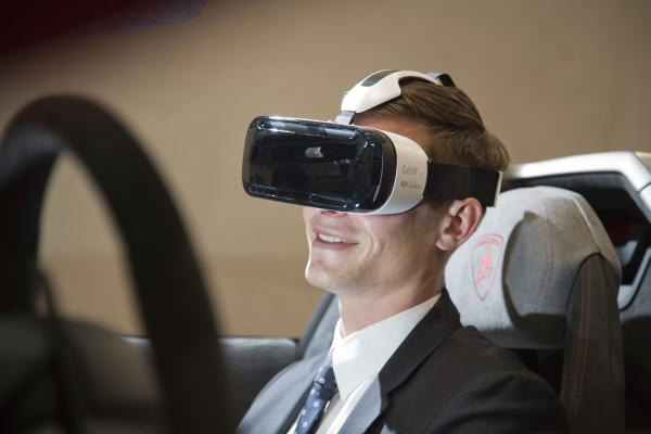 Прокатись в Lamborghini Huracan с помощью Samsung Gear VR